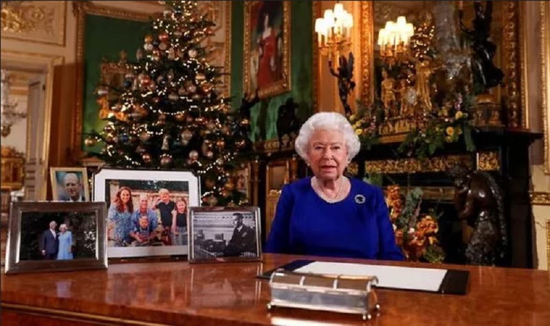 https: img-k.okeinfo.net content 2019 12 26 196 2146219 tidak-ada-foto-meghan-markle-dan-pangeran-harry-di-meja-ratu-elizabeth-ii-kenapa-bdP0hHlRgn.jpg
