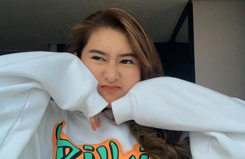 https: img-k.okeinfo.net content 2019 12 27 205 2146742 amanda-caesa-putri-cantik-parto-patrio-yang-jago-bermusik-ZciHAbpfbB.jpg