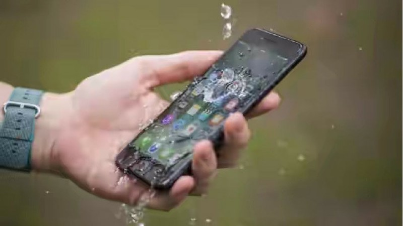 https: img-k.okeinfo.net content 2019 12 27 92 2146602 6-tips-lindungi-ponsel-anda-saat-musim-hujan-BzpOl2lLHN.jpg