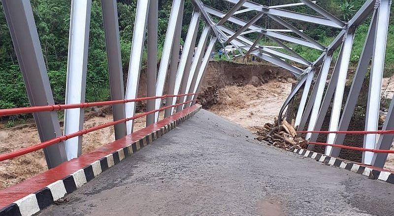 https: img-k.okeinfo.net content 2019 12 30 610 2147428 jembatan-putus-lima-desa-di-kabupaten-muara-enim-terisolir-2Kxz7lXujr.jpg