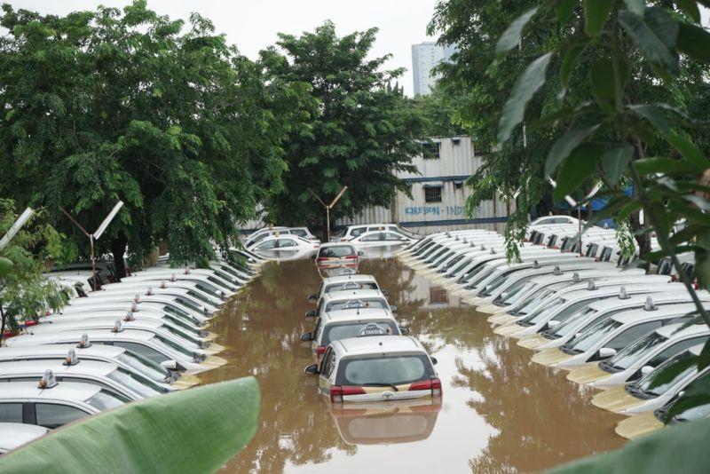https: img-k.okeinfo.net content 2020 01 02 52 2148444 menguak-mobil-matik-yang-terendam-banjir-tidak-boleh-langsung-di-starter-NG7IAoK9aA.jpg