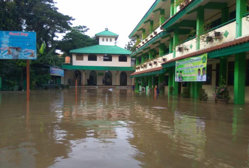https: img-k.okeinfo.net content 2020 01 05 65 2149523 5-fakta-banjir-berimbas-ke-pendidikan-sekolah-libur-hingga-ada-tunjangan-guru-mc0kArOQic.jpg