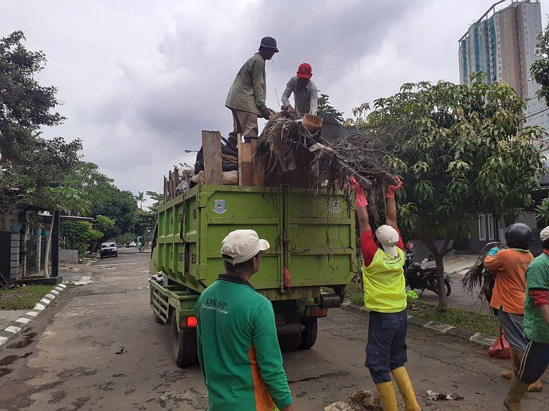 https: img-k.okeinfo.net content 2020 01 06 338 2149899 sampah-akibat-banjir-di-tangsel-capai-130-ton-BJnOYnzfg5.jpg