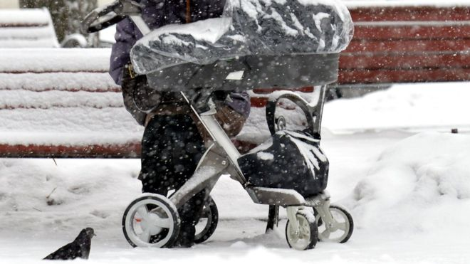 https: img-k.okeinfo.net content 2020 01 07 18 2150341 ditinggal-di-balkon-saat-suhu-dingin-bayi-7-bulan-tewas-membeku-zplnl2UUhn.jpg