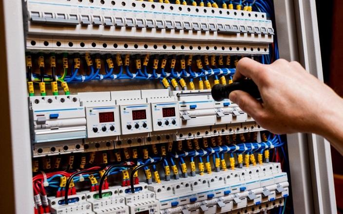 https: img-k.okeinfo.net content 2020 01 07 470 2150292 waspada-setrum-listrik-di-baja-ringan-instalasi-harus-dipasang-dengan-benar-V7HoluvVoc.jpg