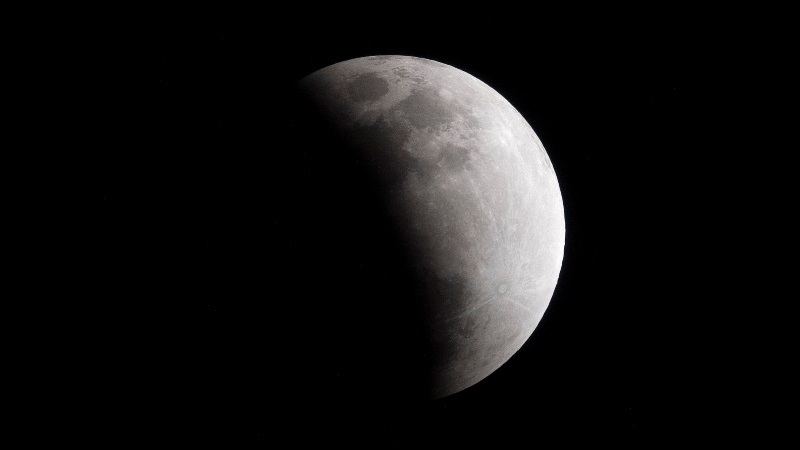 https: img-k.okeinfo.net content 2020 01 11 56 2151747 intip-foto-foto-gerhana-bulan-penumbra-hasil-tangkapan-netizen-RSl5lGhqXJ.jpg