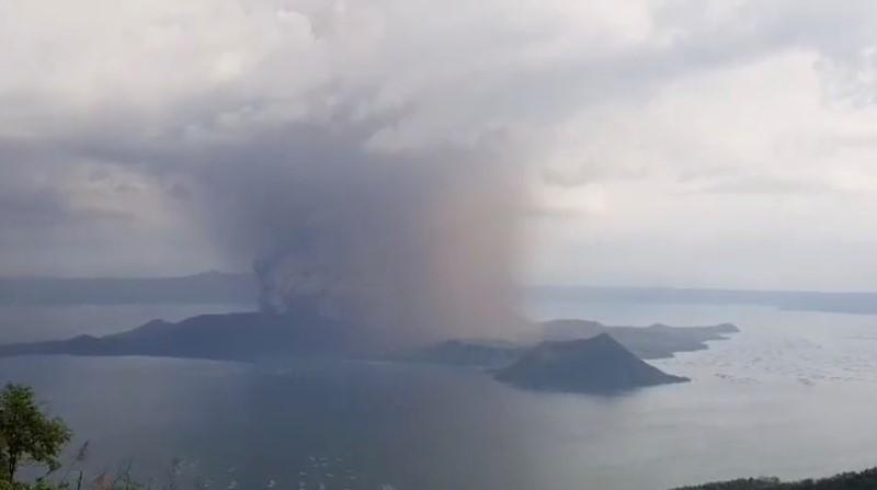 https: img-k.okeinfo.net content 2020 01 13 18 2152208 gunung-berapi-taal-erupsi-kbri-manila-siap-evakuasi-wni-dari-cavite-1dK9lJpdFR.jpg