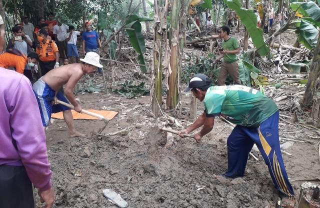 https: img-k.okeinfo.net content 2020 01 14 338 2152930 hanyut-saat-banjir-terjang-bogor-jasad-hilman-ditemukan-terkubur-lumpur-BKXTKrBOuZ.jpg