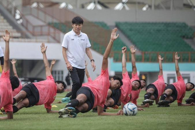 https: img-k.okeinfo.net content 2020 01 14 51 2152687 bisa-bikin-cedera-shin-tae-yong-kritik-rumput-stadion-wibawa-mukti-WoDtXQwuRB.jpg