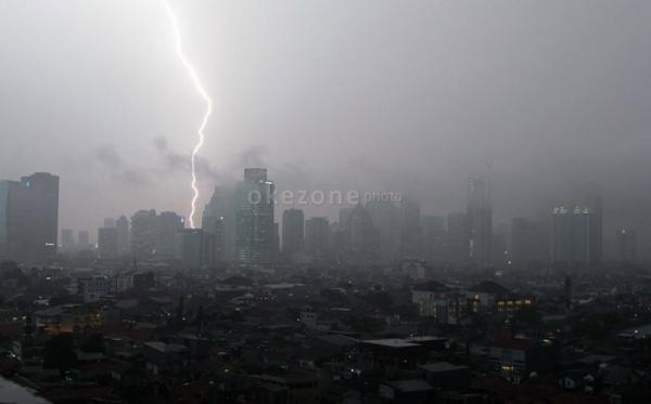 https: img-k.okeinfo.net content 2020 01 18 338 2154782 hujan-lebat-disertai-petir-diprediksi-guyur-jakarta-sore-ini-yXHDMn1Y4L.jpg