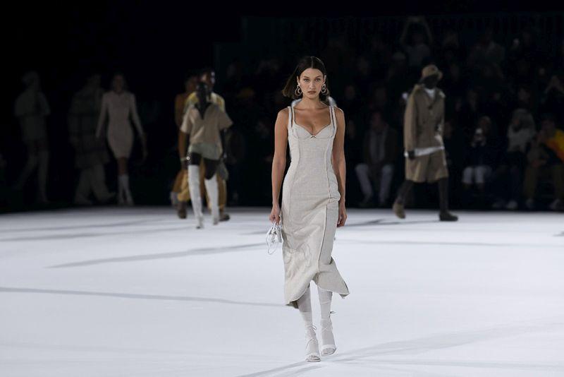https: img-k.okeinfo.net content 2020 01 20 194 2155292 paris-fashion-week-2020-gigi-hadid-tampil-menggoda-dengan-dress-belahan-tinggi-MmyLpfiCth.jpg