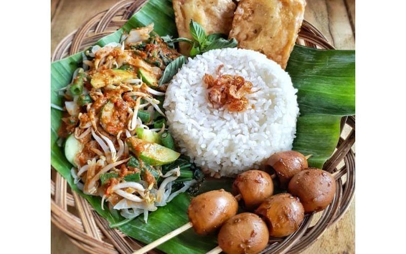 https: img-k.okeinfo.net content 2020 01 21 298 2156312 mantapnya-hidangan-nasi-pecel-lengkap-dengan-sate-dan-gorengan-FZFZSRv8nJ.jpg