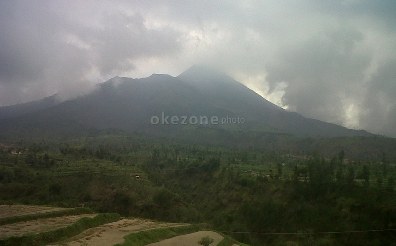 https: img-k.okeinfo.net content 2020 01 27 406 2159170 mengabadikan-keindahan-gunung-merapi-di-wisata-baru-galpentjil-heritage-klaten-2w44klIn6D.jpg