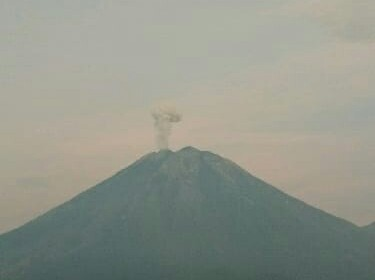 https: img-k.okeinfo.net content 2020 01 29 519 2159911 gunung-semeru-erupsi-semburkan-abu-setinggi-500-meter-mTjt0TwKiC.jpg
