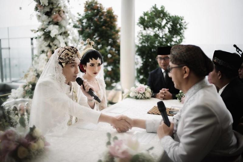 https: img-k.okeinfo.net content 2020 02 03 33 2162435 sudah-menikah-rayhan-maditra-kenang-momen-lamar-isyana-sarasvati-di-singapura-GSGuBYSw1d.jpg