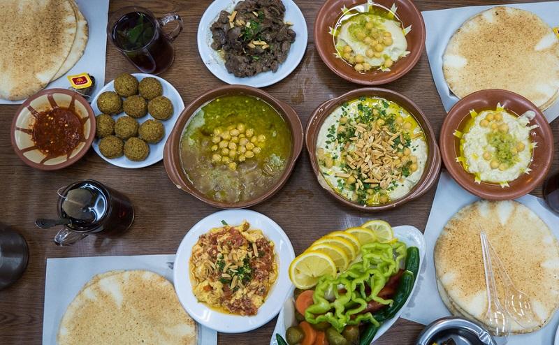 https: img-k.okeinfo.net content 2020 02 03 615 2162355 terkenal-lezat-makanan-khas-yordania-ini-siap-manjakan-lidah-7ZODCIqjnp.jpg