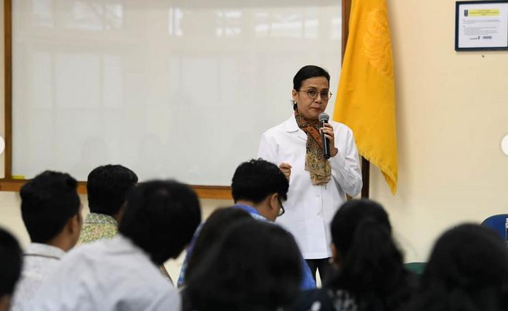 https: img-k.okeinfo.net content 2020 02 04 20 2163014 sri-mulyani-beri-kuliah-tamu-soal-apbn-di-fakultas-ekonomi-dan-bisnis-ui-bonuDa7WHY.png