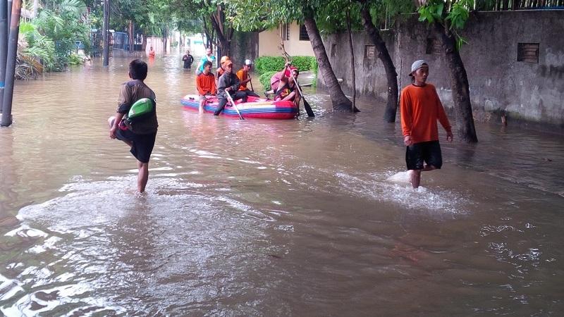 https: img-k.okeinfo.net content 2020 02 06 525 2164139 banjir-rendam-rumah-warga-di-majalengka-akibat-luapan-sungai-ciranggon-cjZQ08Rbvw.jpg