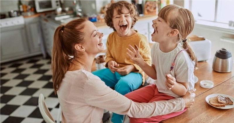 https: img-k.okeinfo.net content 2020 02 09 196 2165641 tips-membagikan-kasih-sayang-yang-seimbang-agar-anak-tidak-cemburu-SRbOCdMWU8.jpg