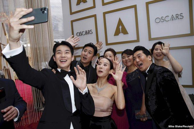 https: img-k.okeinfo.net content 2020 02 10 206 2165908 pemain-film-parasite-asyik-selfie-bareng-di-red-carpet-oscars-2020-agwhK4V5oz.jpg