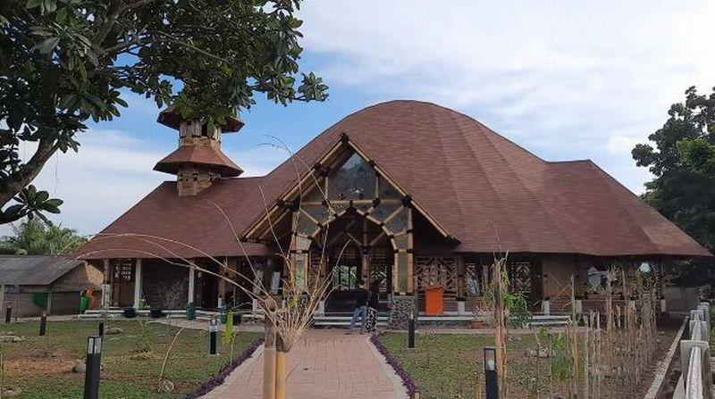 https: img-k.okeinfo.net content 2020 02 14 614 2168466 masjid-saka-buana-masjid-bambu-yang-diklaim-terbesar-di-indonesia-rkrr407E1Y.jpg