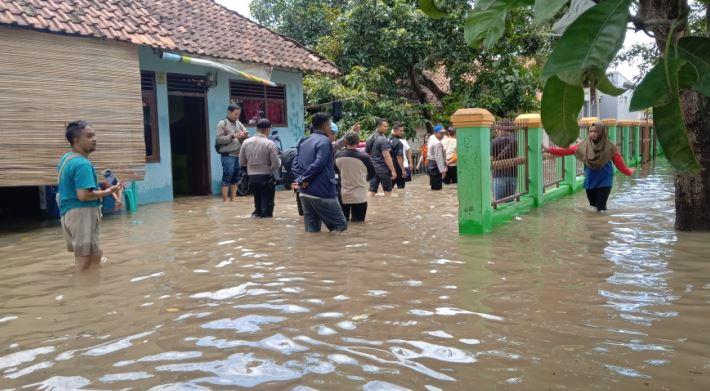 https: img-k.okeinfo.net content 2020 02 17 525 2169668 banjir-cirebon-meluas-4-kecamatan-terendam-10-ribu-jiwa-terdampak-TKS3jdCjOa.JPG