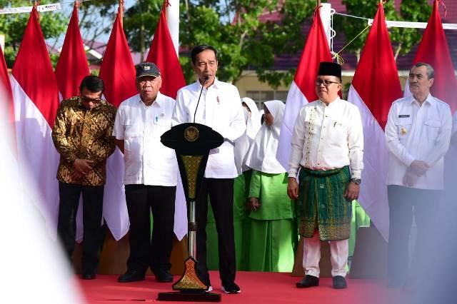 https: img-k.okeinfo.net content 2020 02 21 337 2171933 presiden-jokowi-resmikan-madrasah-yang-selesai-direnovasi-di-pekanbaru-Lg5v815Q82.jpg