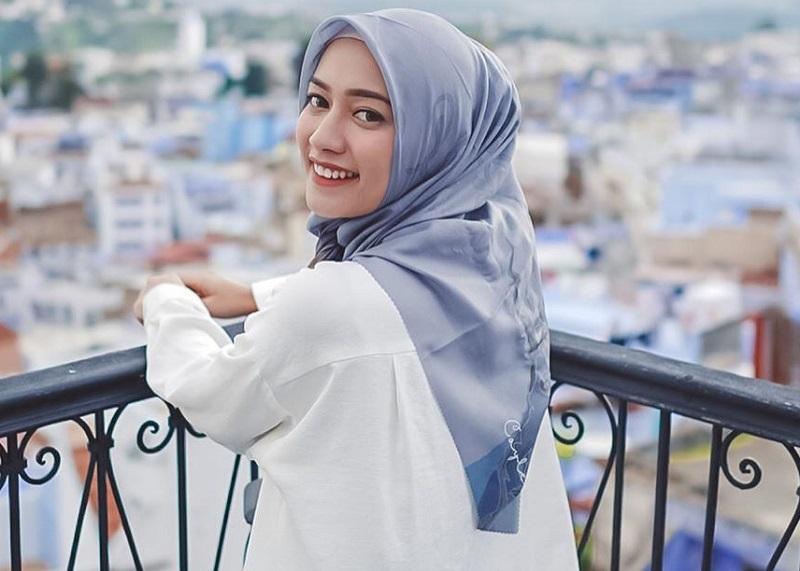 https: img-k.okeinfo.net content 2020 02 23 617 2172854 hobi-traveling-mega-iskanti-pilih-gaya-hijab-simpel-anti-ribet-8iPh9aqw5F.jpg