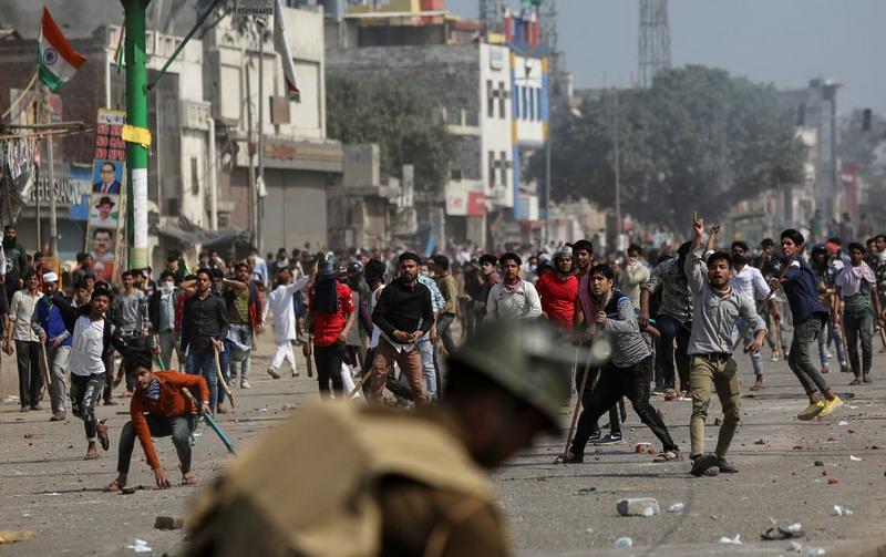 https: img-k.okeinfo.net content 2020 02 26 18 2174374 korban-bertambah-demonstrasi-berdarah-di-india-tewaskan-sedikitnya-13-orang-pLI1fO2k4h.jpg
