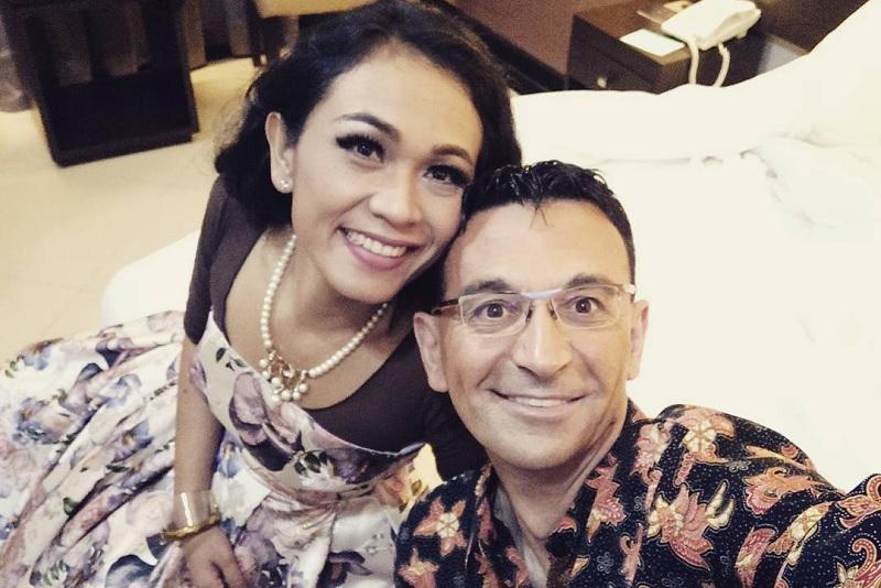 https: img-k.okeinfo.net content 2020 03 17 205 2184704 pasangan-penyanyi-italia-indonesia-ciptakan-lagu-solidaritas-corona-lfsUPeDgEi.jpg
