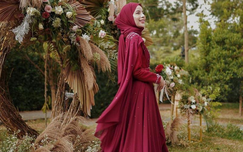 https: img-k.okeinfo.net content 2020 03 24 617 2188104 3-gaya-hijab-merah-untuk-ceriakan-harimu-vQqusm10Jy.jpg