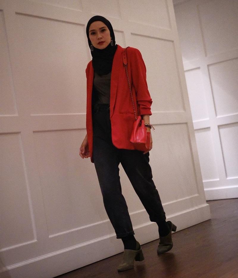 https: img-k.okeinfo.net content 2020 03 25 617 2188697 padupadan-hijab-blazer-bikin-kamu-semakin-kece-pBfqRjS0WR.jpg