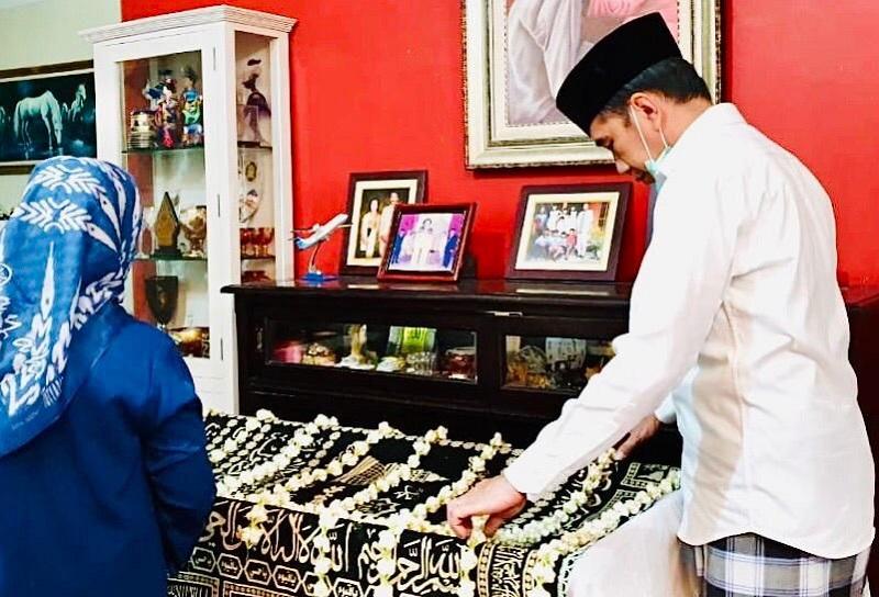 https: img-k.okeinfo.net content 2020 03 26 612 2189333 tata-cara-dan-makna-upacara-kematian-brobosan-yang-dilakukan-keluarga-presiden-jokowi-QTPXVBuRV4.jpg