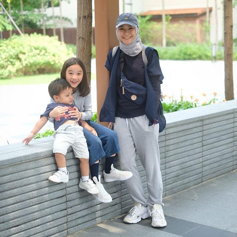 https: img-k.okeinfo.net content 2020 03 29 617 2190669 intip-inspirasi-hijab-sporty-ala-zeezee-shahab-dan-zaskia-mecca-hKeoRJXsvf.jpg