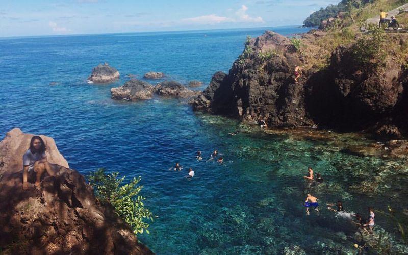 https: img-k.okeinfo.net content 2020 03 30 406 2191429 pesona-pantai-air-panas-satu-satunya-di-indonesia-bikin-takjub-X2282LleSS.jpg