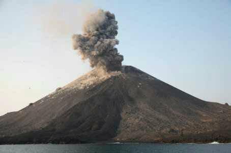 https: img-k.okeinfo.net content 2020 04 11 340 2197425 gunung-anak-krakatau-erupsi-semburkan-abu-setinggi-500-meter-J3o1sXY5s5.png