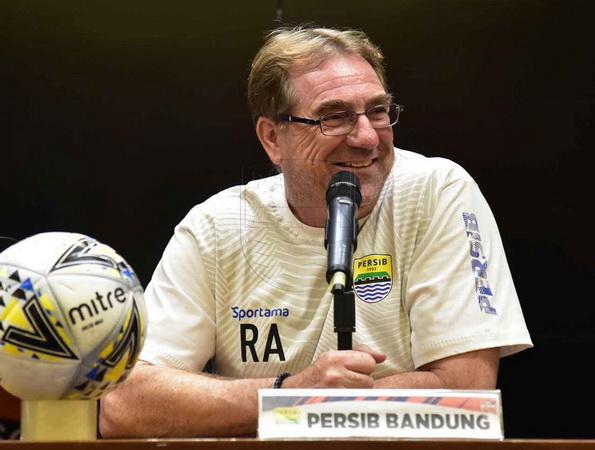 https: img-k.okeinfo.net content 2020 04 23 49 2203751 robert-rene-alberts-pelatih-asing-pertama-yang-antarkan-persib-juara-liga-indonesia-bc8D1b2DGn.jpg