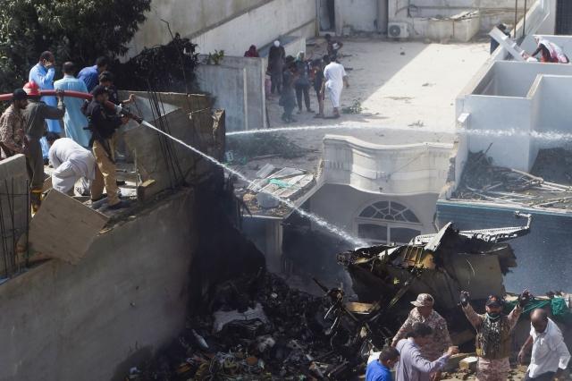 https: img-k.okeinfo.net content 2020 05 23 18 2218492 pesawat-jatuh-di-pakistan-timpa-4-rumah-foxJlICLrr.jpg