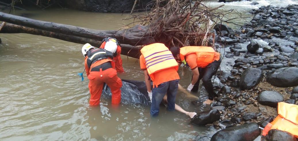 https: img-k.okeinfo.net content 2020 05 23 340 2218310 tersangkut-di-pohon-besar-korban-dugaan-pembunuhan-ditemukan-tewas-di-sungai-zv3N8xfzmE.jpeg