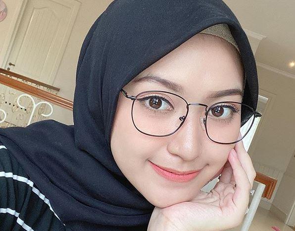 Style Hijab Simpel Ala Sari Endah Pratiwi Buat Kamu Yang Berkacamata News On Rcti