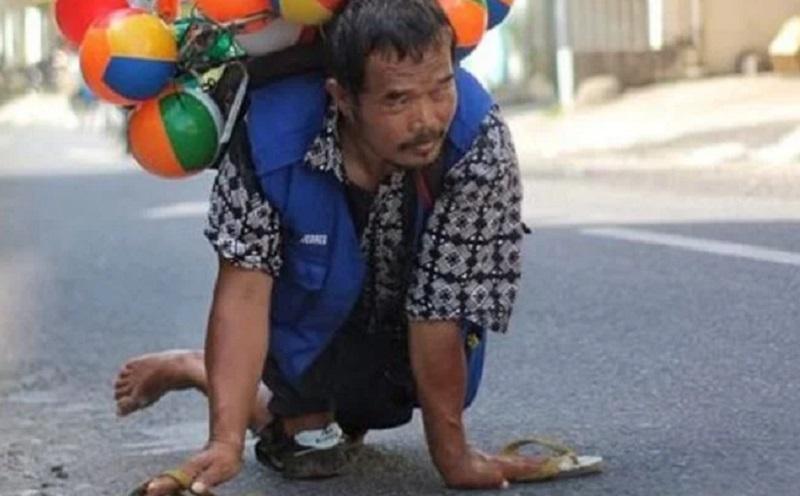 Hari Ayah Sedunia, Perjuangan Pak Setu Jualan Balon di Solo dengan Merangkak
