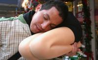 Kangen Tidur di Pangkuan Wanita? Bantal Paha Bisa Jadi Solusi Sementara, Mulus Tanpa Cela