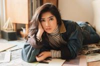 Isyana Sarasvati Unggah Pose Mata Seorang Pria, Netizen Kepo  Cie yang Lagi Kasmaran!
