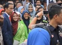Girangnya Mahasiswi Cantik Ini Bisa Foto Bareng Presiden Jokowi