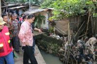Sambangi Tanggul Jebol di Jatipadang, Anies Perintahkan Jajarannya Langsung Lakukan Normalisasi