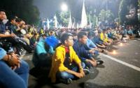 Kacau! Demonstran Masih Bertahan, Jalan Medan Merdeka Barat Masih Ditutup