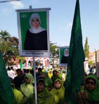 Pawai Taaruf Hari Santri di Madura, Warga Muslimat NU Usung Poster Khofifah