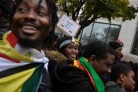 Gelar Aksi <i>Long March</i>, Warga Zimbabwe di Inggris Tuntut Presiden Mugabe Mundur