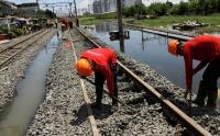 Banjir dan Longsor Terjang Jalur Kereta Api di Garut, Jadwal Perjalanan Terhambat
