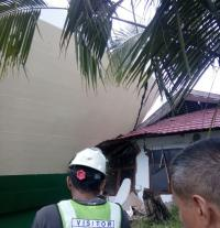 Hendak Bersandar, Kapal Penumpang Tabrak Kantor Syahbandar Pelabuhan Kendari